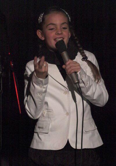 Una giovanissima Margherita già a suo agio mentre canta in pubblico