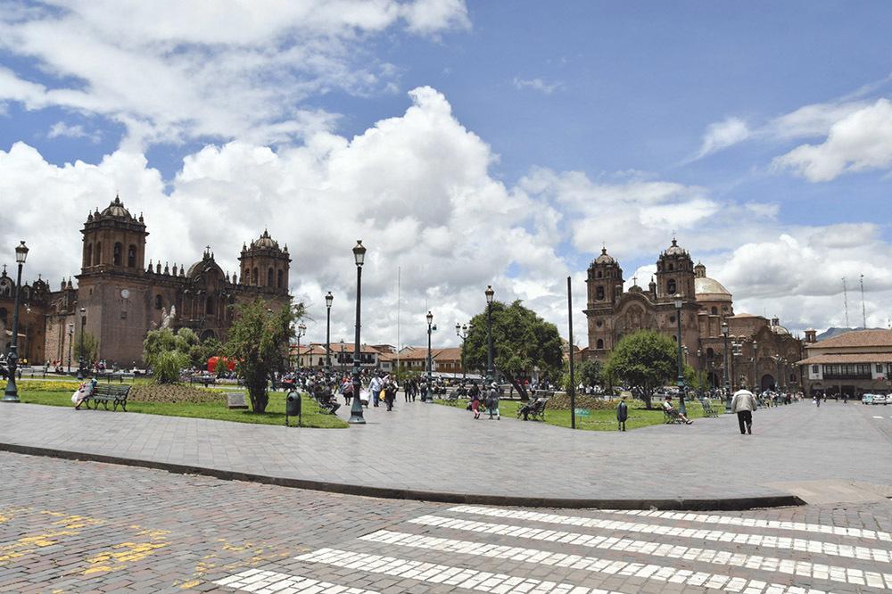 Cuzco, Plaza de Armas: a destra la chiesa della Compagnia di Gesù; a sinistra la basilica cattedrale dell'Assunzione della Beata Vergine, sede dell'arcidiocesi (ph. Claudio Pizzin)