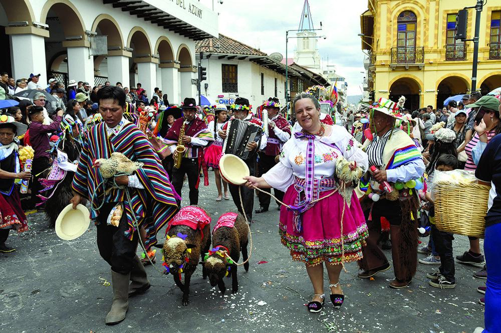 I colori e la festa della sfilata di carnevale a Cuenca (ph. Claudio Pizzin)