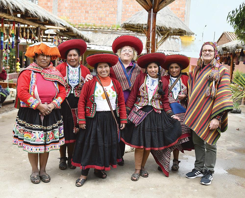 Foto di gruppo a Chinchero: Claudio Pizzin è il primo da destra, in mezzo la moglie Lucia