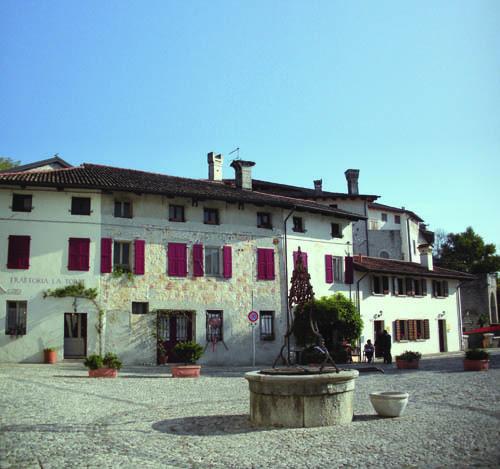 Valvasone, piazza Castello: il pozzo ricordato da Pasolini in un suo scritto
