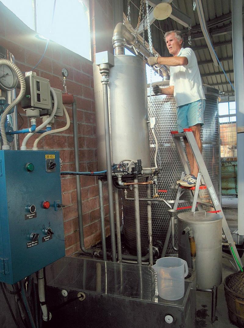 Mucchiut mentre verifica la distillazione della lavanda