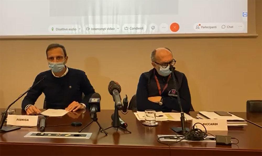 Il governatore Fedriga, assieme al vice Riccardi, durante il punto stampa in cui ha illustrato la nuova ordinanza