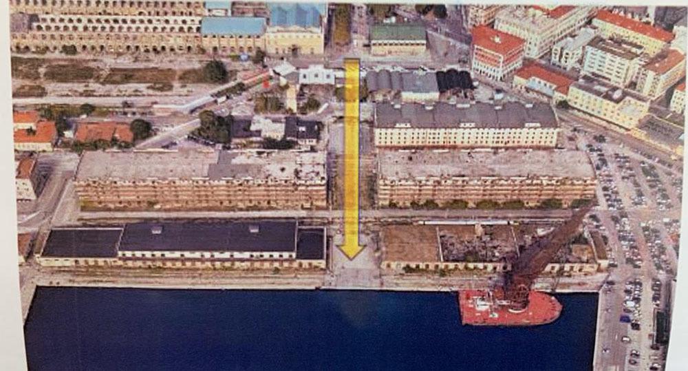 La freccia gialla nella foto indica l'asse di collegamento fra i nuovi edifici della Regione e la Stazione ferroviaria di Trieste (ph. Regione FVG)