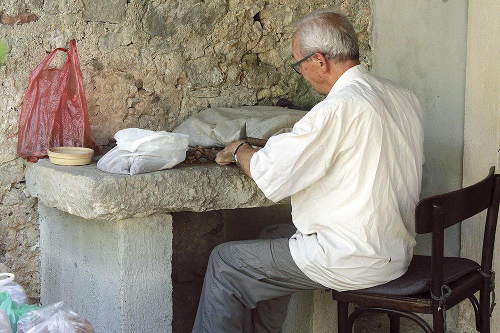Il frate al monastero di Zglav (ph. Michele Tomaselli)