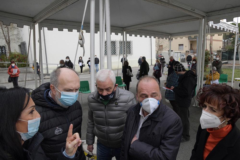 Cisint e Riccardi, primi due a sinistra, all'inaugurazione del punto vaccinale (ph. Regione FVG)
