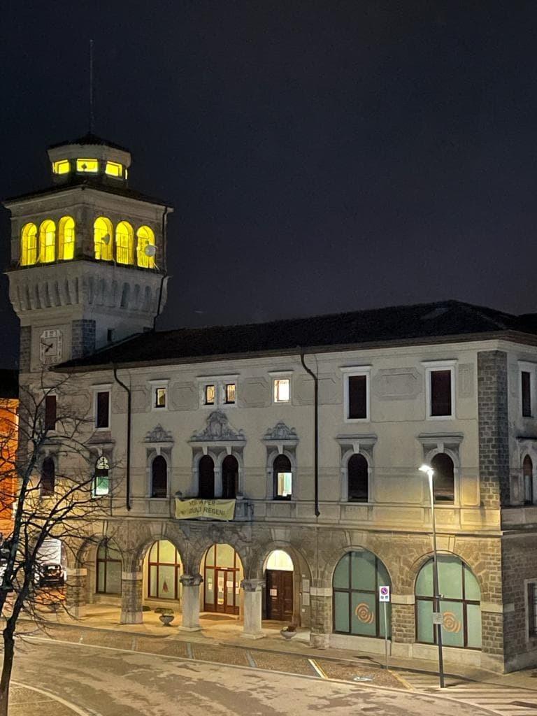 La torre municipale illuminata di giallo lo scorso gennaio in memoria di Giulio Regeni (ph. Lucia Rosetti)