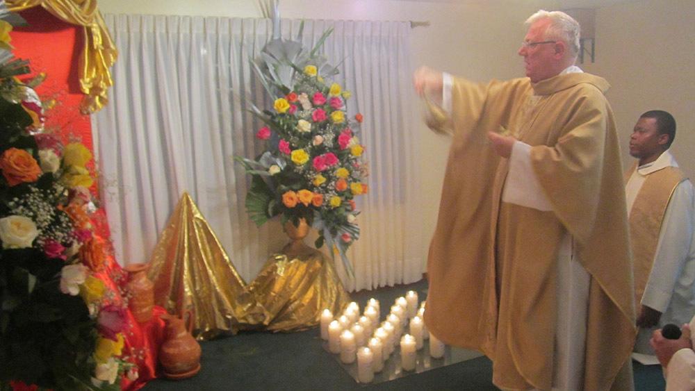 Padre Claudio durante la sua esperienza in Colombia