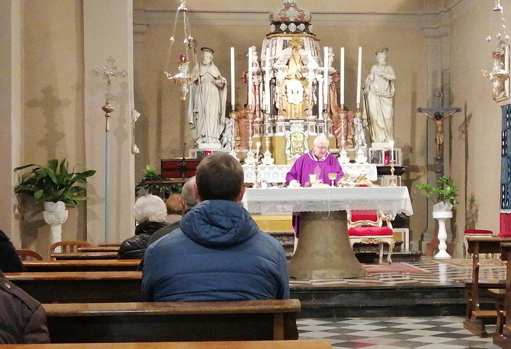 Padre Claudio mentre celebra la messa a Strassoldo