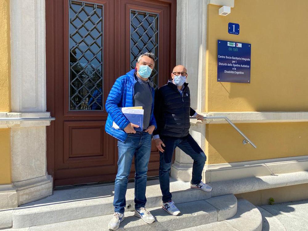 L'assessore Grilli (a destra) e il dottor Stea fuori dal nuovo centro