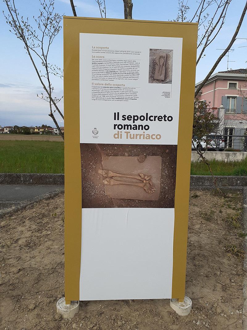 Il pannello collocato nei pressi del sepolcreto a Turriaco