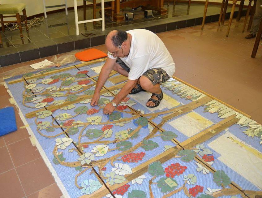 Foto di repertorio dell'attività mosaiciste prima della formazione del sodalizio