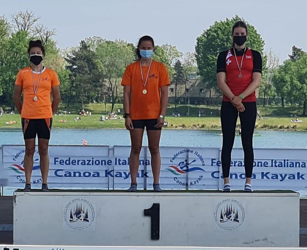 Alice Biondin (2^) e Carlotta Strukely (1^) sul podio con la svizzera Leistner nel kayak