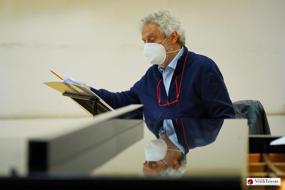 Nicola Piovani durante le prove al Verdi