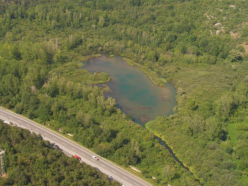 Il lago di Pietrarossa in una foto in volo sull'ultraleggero (© Paolo Utmar - Associazione ambientalista Eugenio Rosmann)