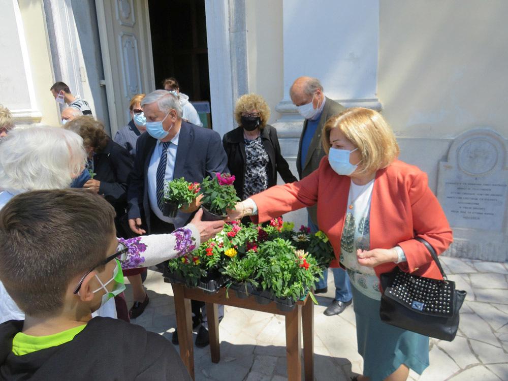 Il presidente delle ACLI Franco Miniussi consegna gli omaggi floreali