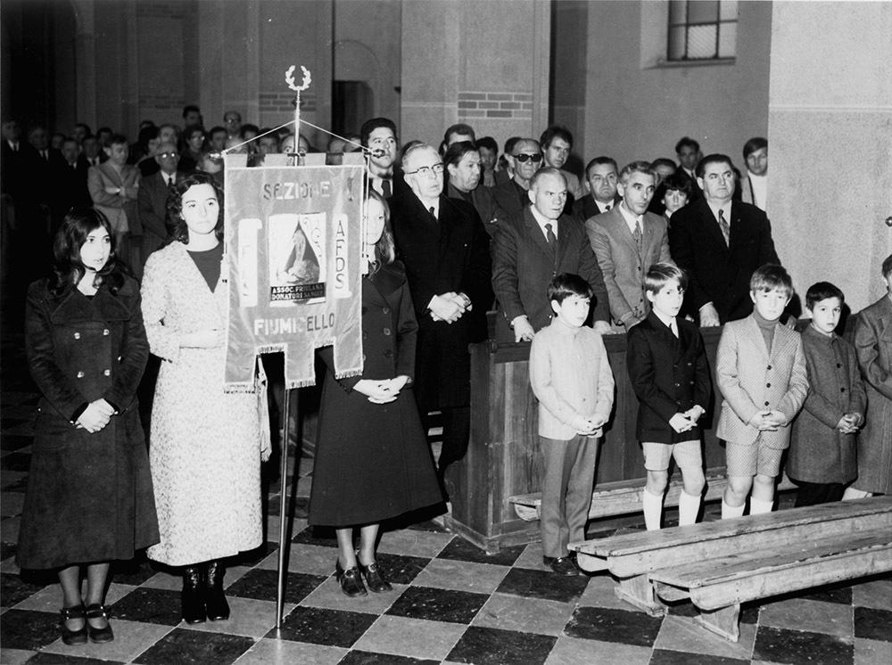 Fiumicello 1971, messa in occasione della consegna del labaro alla sezione di Fiumicello, alla presenza del presidente provinciale Faleschini e del presidente di Fiumicello Rizzatti (ph. Enzo Andrian)