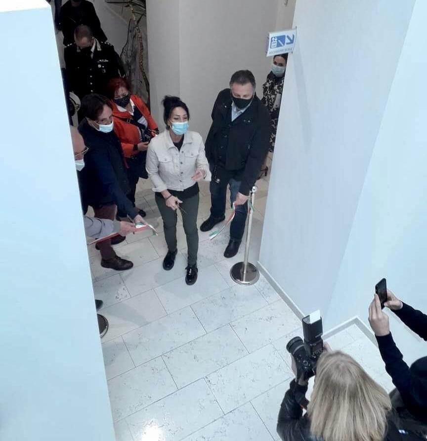 La sindaca Cisint inaugura la mostra