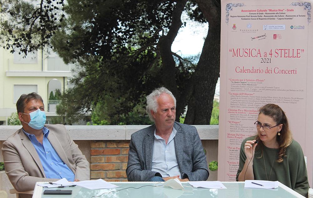 Da sinistra il sindaco di Grado, Dario Raugna, Giorgio Tortora e Sara Polo