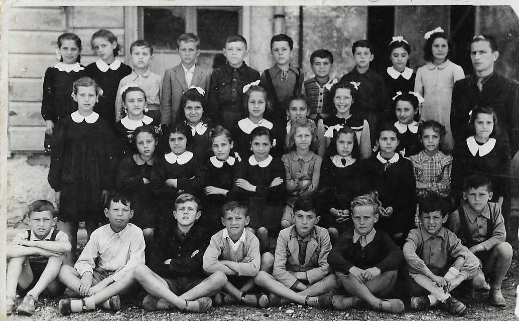 Tarcisio Burgnich è il quarto da sinistra seduto a terra