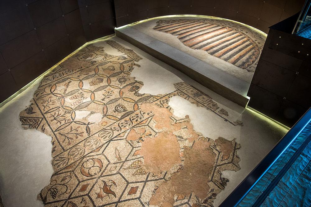 """Il pavimento musivo dell'aula absidata nell'area archeologica della """"domus e palazzo episcopale"""" (© G. Baronchelli)"""