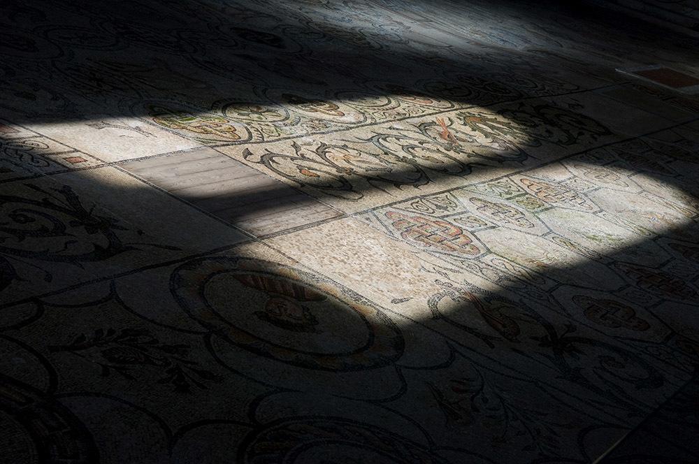 Giochi di luce sul mosaico della Basilica (© G. Baronchelli)