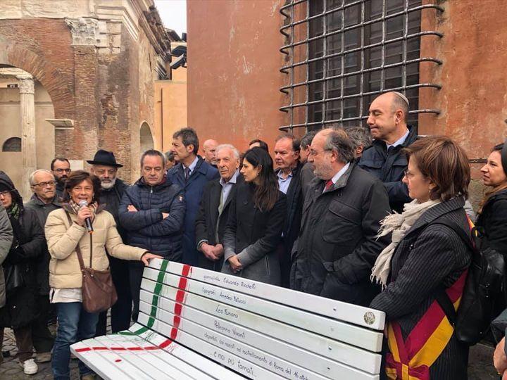 Cristina Visintini durante l'inaugurazione di una delle Panchine per la libertà di stampa