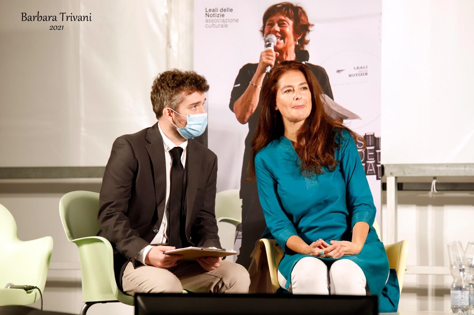 Corinne Vella e l'interprete Mark Mathias