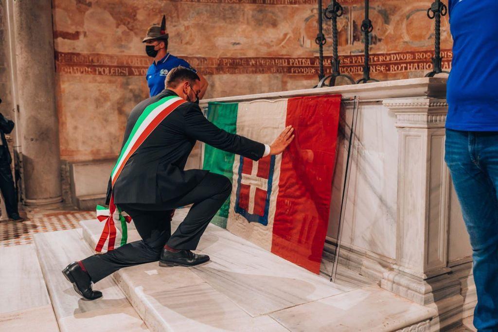 Il sindaco Zorino si inchina per rendere omaggio alla bandiera (ph. Nicola Oleotto)