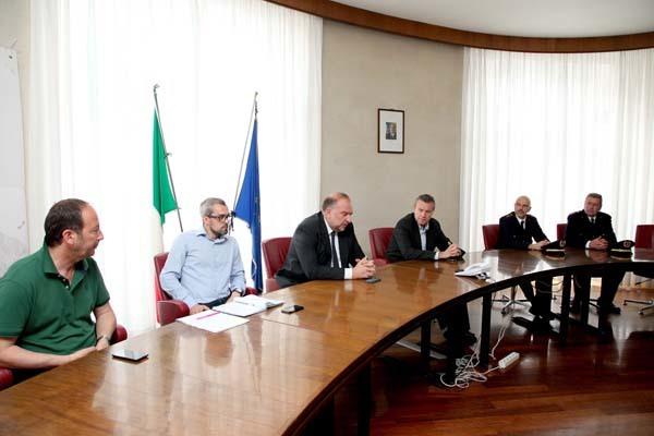 Il sindaco Cosolini (al centro) durante la conferenza stampa post concerto dei Pearl Jam