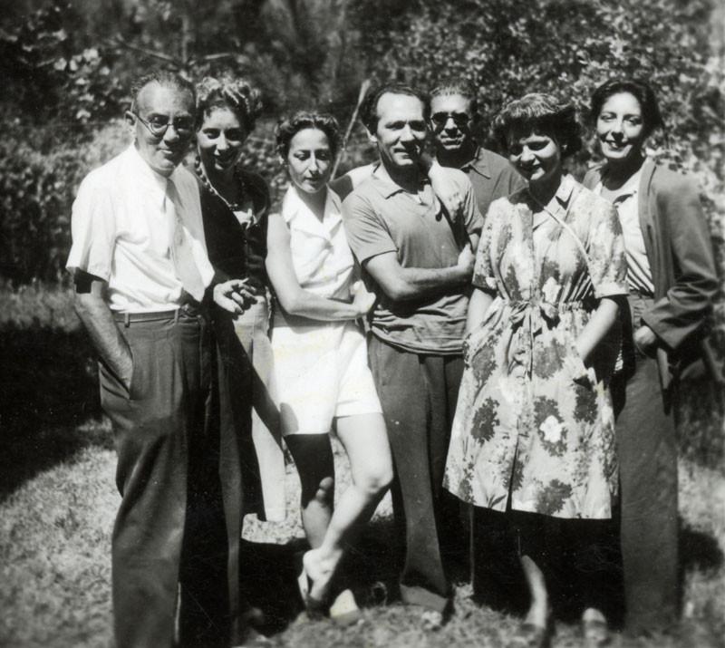 Forte dei Marmi, 1941. Da sx: Bobi Bazlen, Paola Olivetti, Flavia e Giovanni Colacicchi, Eugenio Montale e un'amica.