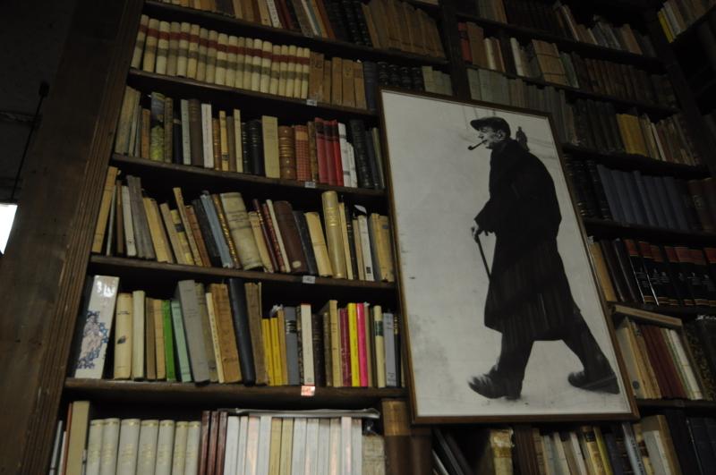 Trieste, interno della Libreria Antiquaria di Umberto Saba, ritratto nella fotografia in primo piano.