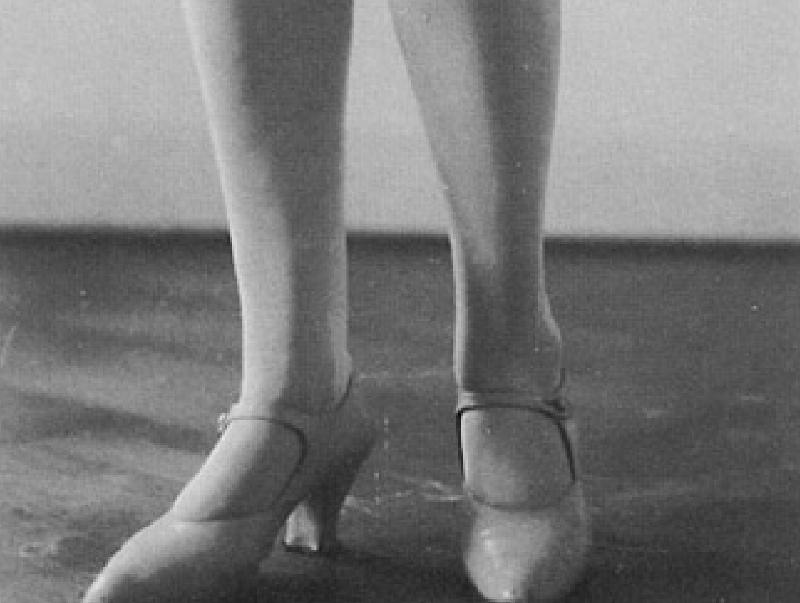 Le gambe di Dora Markus, forse fotografate da Gerti Tolazzi a Trieste. La foto fu inviata da Bazlen a Montale, che ne ricavò una delle più belle poesie del Novecento.