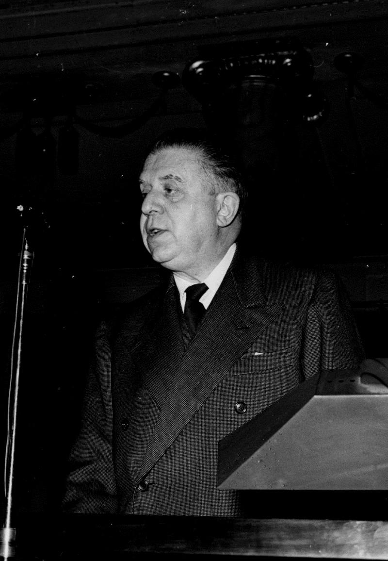 """Trieste, 28 novembre 1952: Eugenio Montale tiene al Circolo della Cultura e delle Arti di Trieste la conferenza """"Poeta suo malgrado""""."""