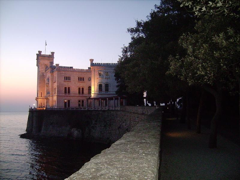 Il castello di Miramare, ricordato da Montale in una poesia dedicata a Lina, moglie di Umberto Saba.