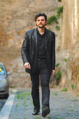 Simioni è nato a Gorizia il 30 agosto 1974. Sposato, è padre di due figlie