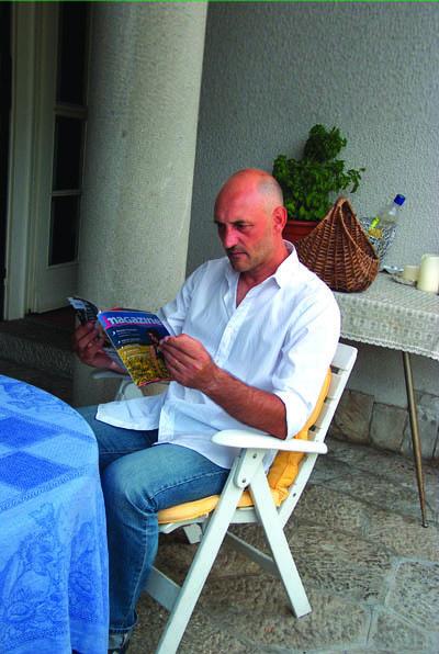 Luigi De Agostini mentre sfoglia una copia di iMagazine