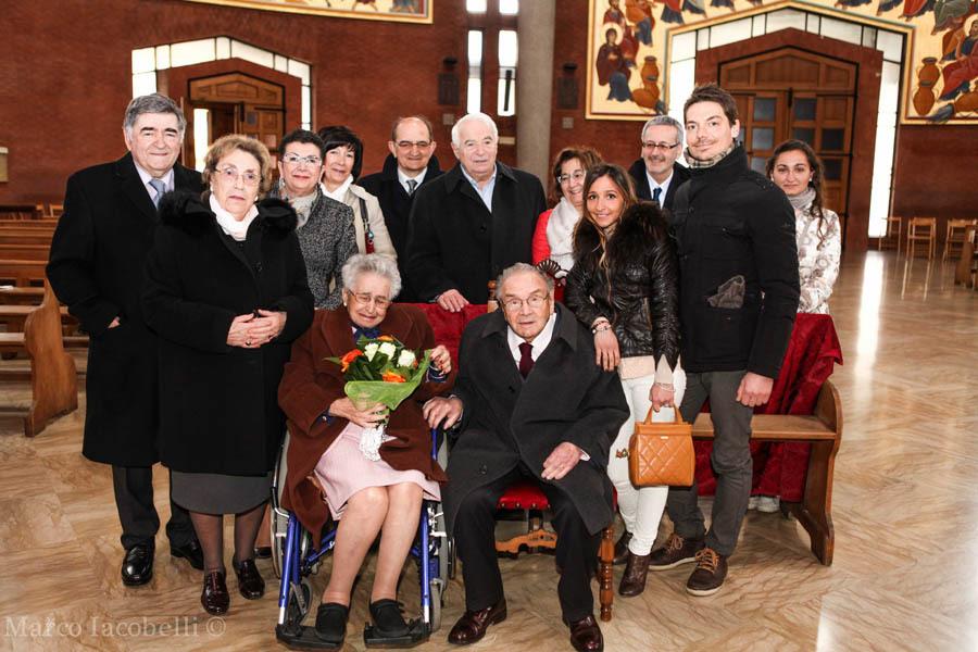 Foto di gruppo con parenti e amici al termine della celebrazione in duomo a Cervignano (ph. M. Iacobelli)